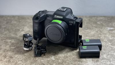 Canon EOS R5 (SmallRig L-Bracket + EF Adapter)